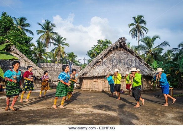 a-welcome-dance-by-the-local-kuna-tribe-armila-panama-july-2014-edhpxg